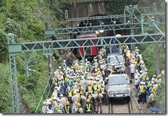 9月25日事故現場⑦脱線車両と作業する労働者