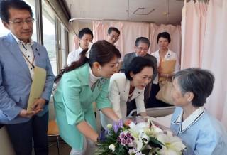 (写真)長崎原爆病院を訪問して被爆患者を見舞う党代表団=8日、長崎市