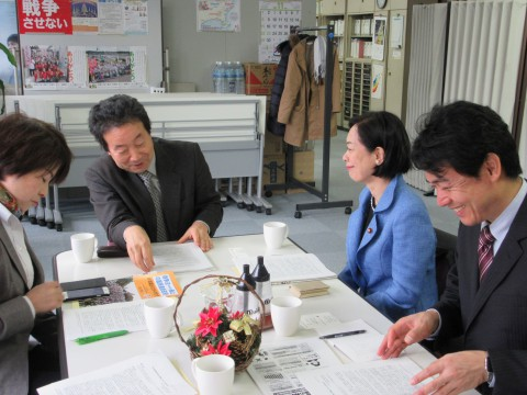 丸山氏(左から2人目)から話を聞く、(右から)椎葉、畑野、大山の各氏=26日、神奈川県生協連