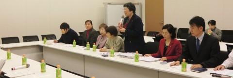 国の担当者(左側)に要望を伝える(右から)椎葉、畑野、山田、君嶋、鈴木の各氏ら=10日、衆議院第2議員会館