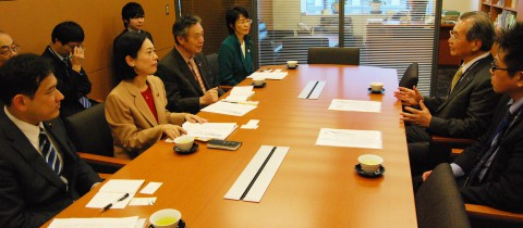 小山学長(右から2人目)と懇談する(左から)宮本、畑野、穀田、紙の各氏=11日、国会内