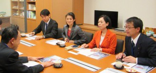 JR東日本への指導を要請する畑野(右から2人目)、斉藤、椎葉の各氏ら=国会内