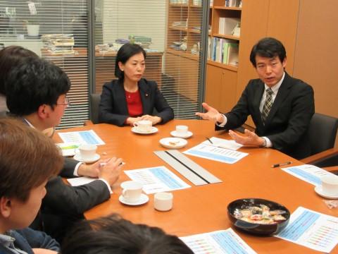 学生らと懇談する(右から)椎葉、畑野の両氏=1日、衆議院第2議員会館