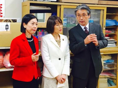 夜間中学を見学する日本共産党の(左から)畑野君枝衆院議員と田村智子参院議員=足立区立第四中学校