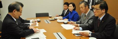 (写真)古山正雄学長(左)と懇談する(右から)井上、穀田、畑野、大平の各氏=8日、国会内