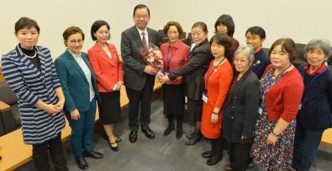 (写真)党国会議員団を激励に訪れた「女の平和」の女性たちから花束を受け取る志位委員長(左から4人目)と(左へ)畑野、池内、本村の各議員=8日、衆院第1議員会館