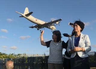 オスプレイが駐機する厚木地を視察する(右から)畑野・斉藤両衆議院議員ら(写真上)。 機体はタッチアンドゴーを繰り返すP3C(写真下) =26日、神奈川県大和市