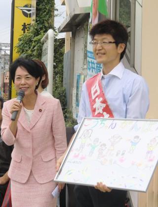 応援演説する畑野氏(左)と、もりや候補ら=8月28日、神奈川県座間市