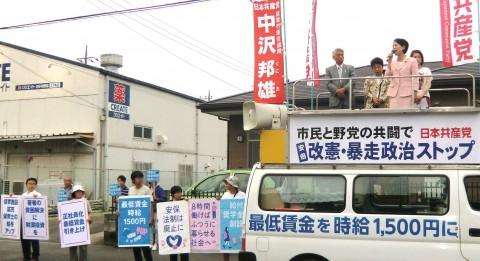 政策パネルを掲げた若者らとともに訴える(車上右から)畑野氏、中沢氏ら=8月28日、座間市