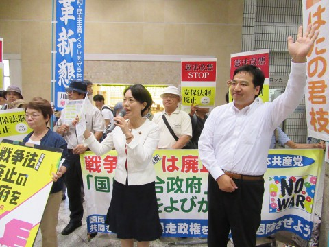 訴える(右から)片柳、畑野の各氏ら=19日、JR川崎駅前
