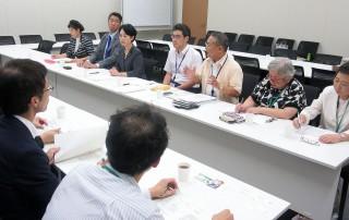 (写真)要請をする榑松議長(奥右から3人目)、平野事務局長(同4人目)ら=8月23日、国会内