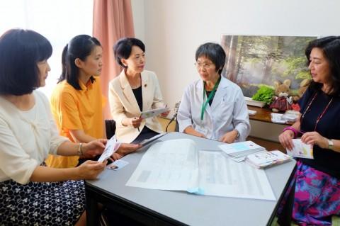 (写真)「千葉性暴力被害救援センターちさと」で話をする大川医師(右から2人目)と議員団=9月9日、千葉市