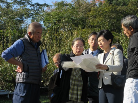 リニア建設予定地で住民から説明を聞く畑野氏(右から2人目)ら=6日、相模原市