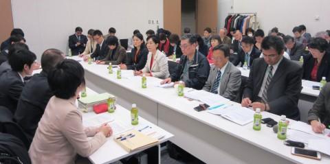 説明を聞く(2列目右5人目から左へ)畑野、斉藤の各氏と交渉参加者=10日、衆院第2議員会館